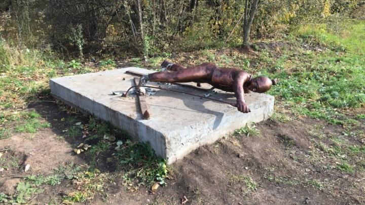 В Уфе вандалы сломали памятник лыжнику