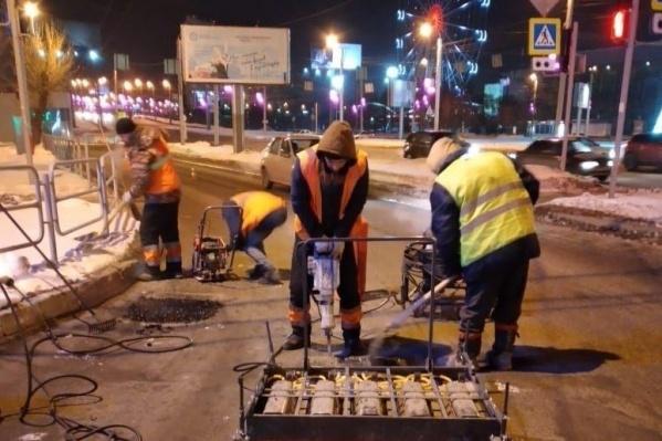 Ночью дорожники ликвидировали несколько ям в Центральном районе