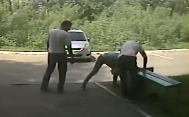 Видео: пенсионерка замерла на полчаса, чтобы помешать подозрительной компании рыться в траве