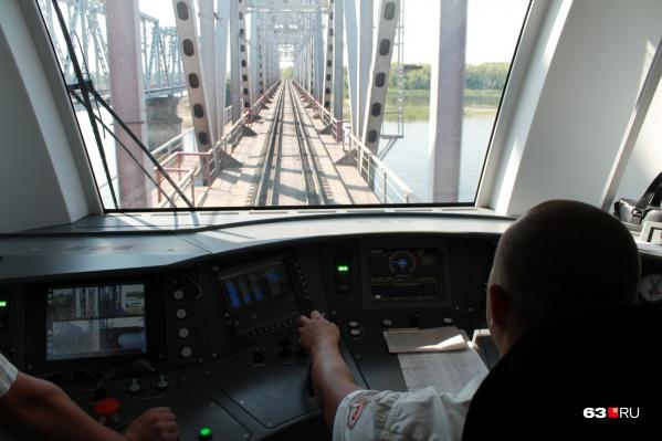 Редкий кадр: кабина машиниста во время движения на одном из старейших железнодорожных мостов через Волгу