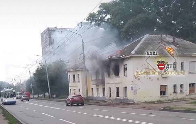 «Скоро тут будет дом этажей на 20–25»: очевидцы сняли на видео горящую двухэтажку в Черниковке