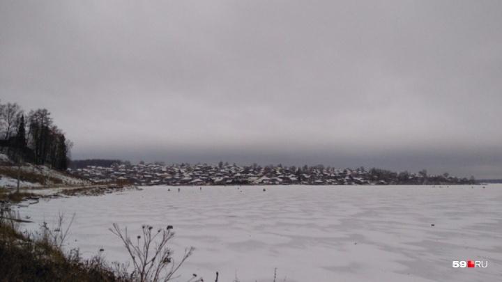 «От удара мужчину подбросило на два метра». В Прикамье снегоход сбил на льду рыбака