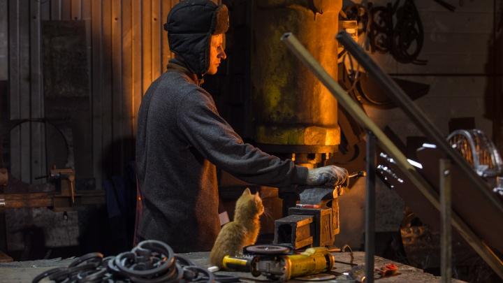 Новосибирск из железа: как муж с женой потеряли работу, открыли своё дело и теперь куют город из металла
