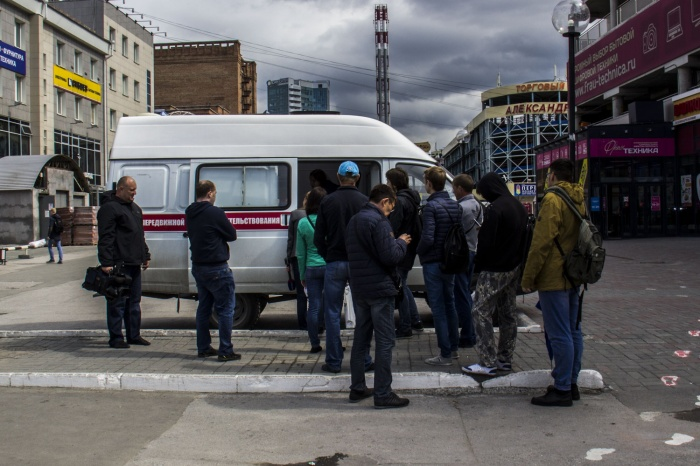 Новосибирцы выстроились в очередь перед ВИЧ-мобилем