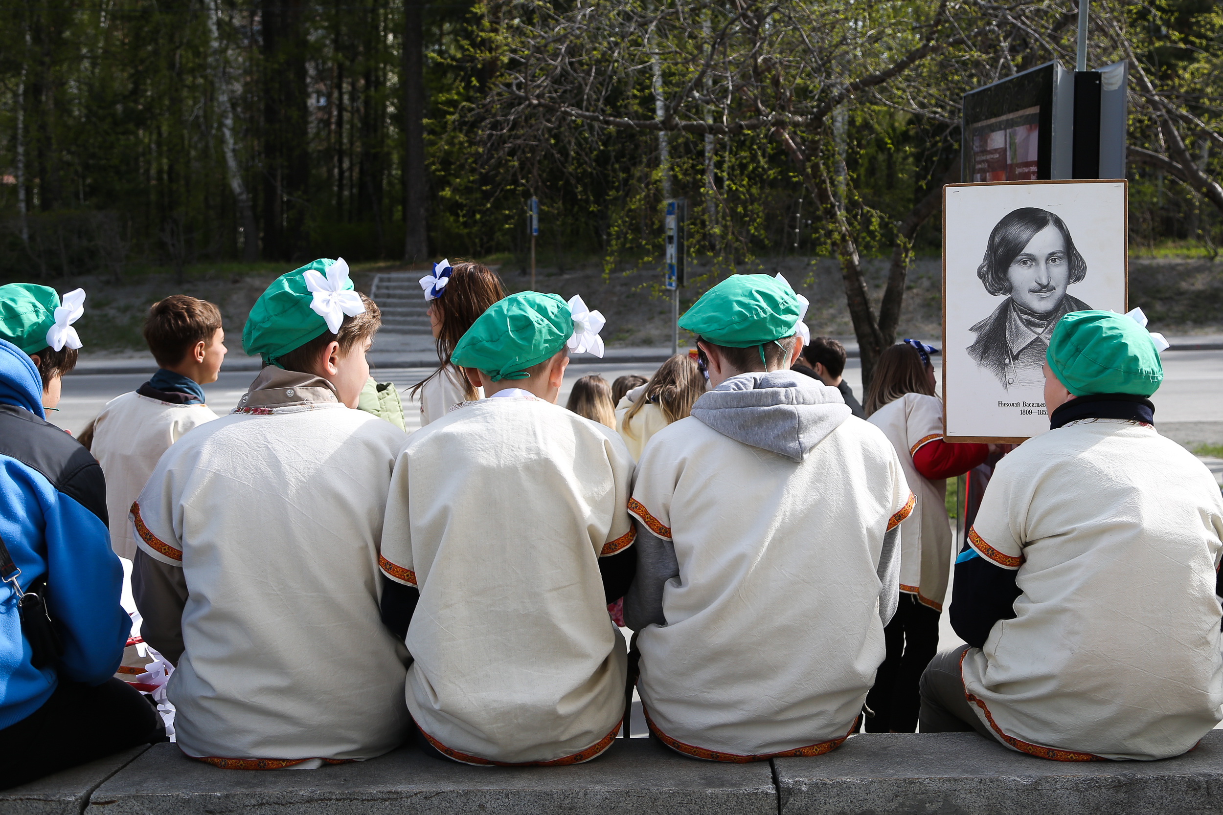 Многие школьники принесли с собой портреты известных писателей