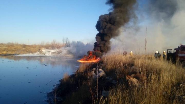 «Черный столб дыма видно издалека»: в районе Падовки горело масляно-битумное озеро