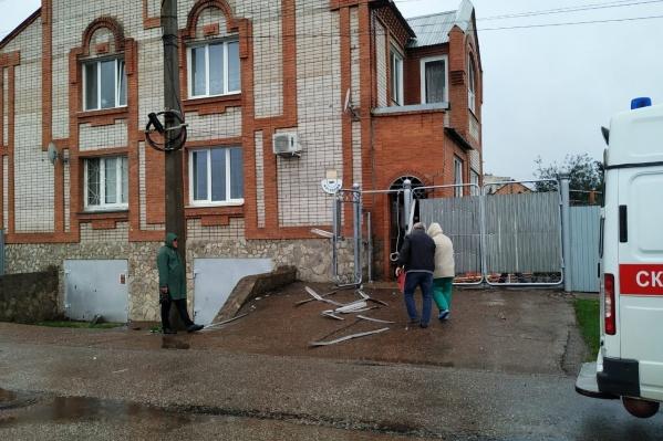 Все случилось возле одного из кирпичных домов в частном секторе