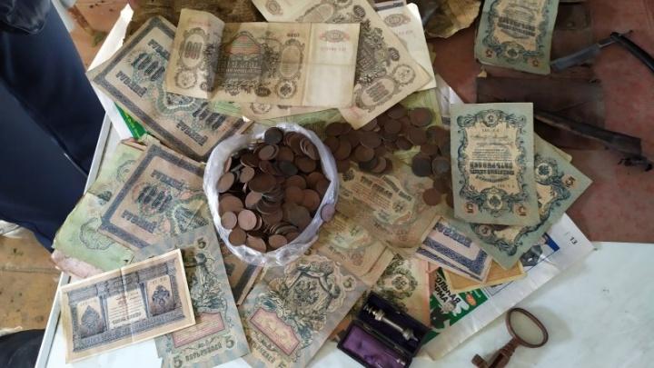 Южноуралец при ремонте дома нашёл клад с деньгами