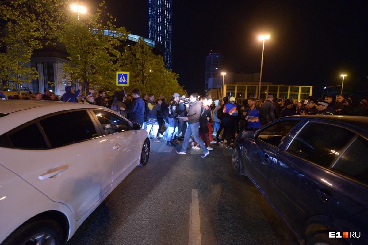 А ещё протестующие перекрыли движение на улице Бориса Ельцина