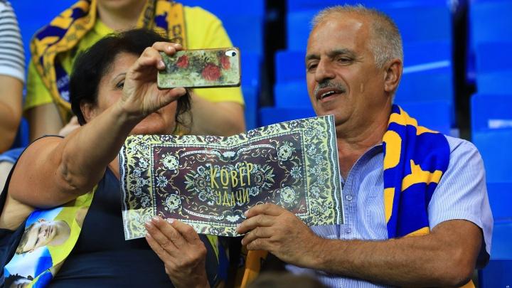 Ковры и желто-синее море: показываем, как проходит игра между «Рубином и «Ростовом»