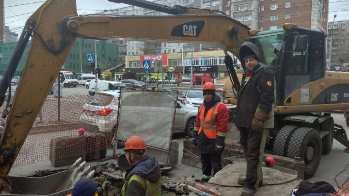 На Кошурникова начала протекать теплотрасса: улицу разрыли из-за угрозы метро