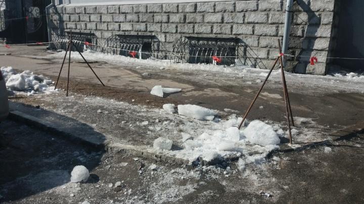 На улице Карла Либкнехта на омича обрушилась глыба снега — он попал в реанимацию