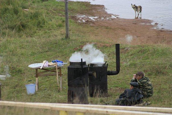 Мясо готовят на берегу
