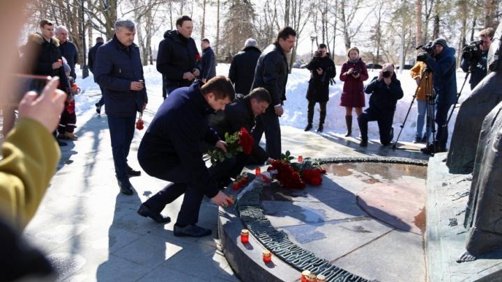 Молчали и крестились: в Ярославле в память о погибших в Кемерово возложили цветы