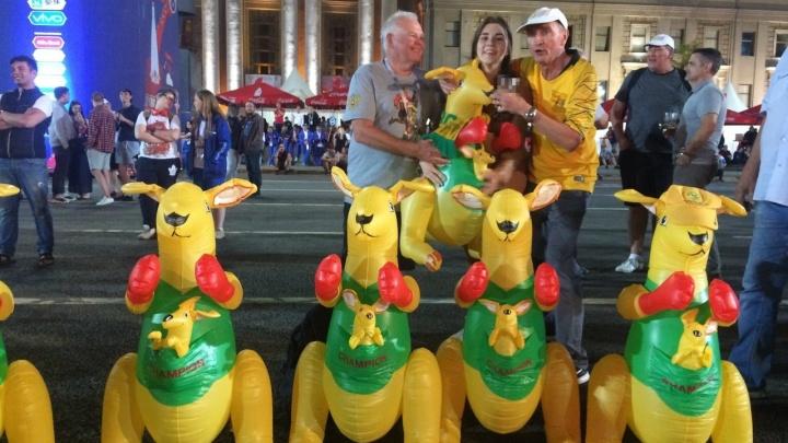 Оседлали верхом: фанаты из Австралии привезли с собой в Самару надувных кенгуру