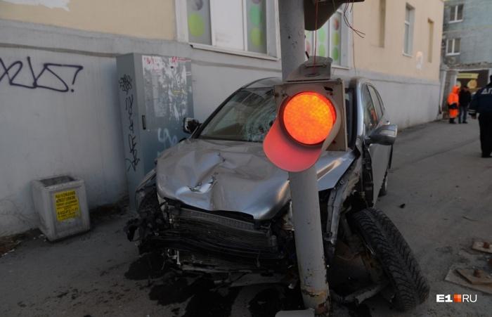 Honda пролетела по тротуару, сбивая людей, а потом врезалась в столб