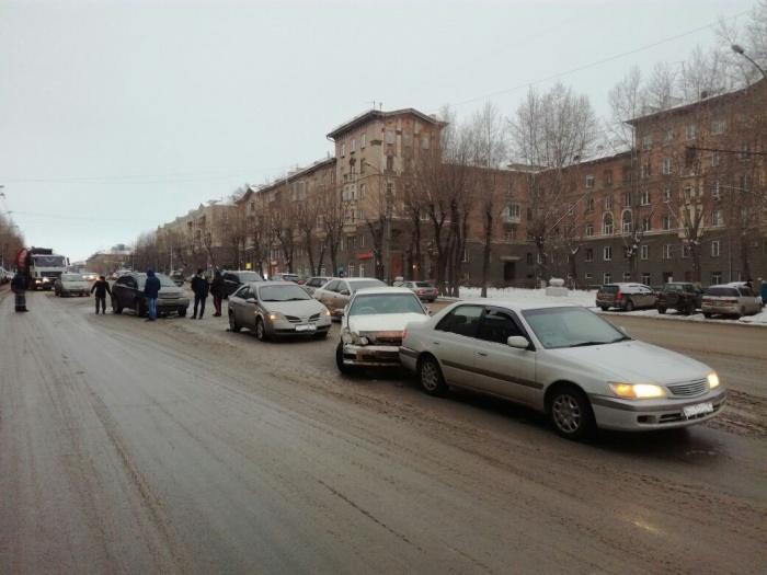 На улице Станиславского столкнулись 6 иномарок