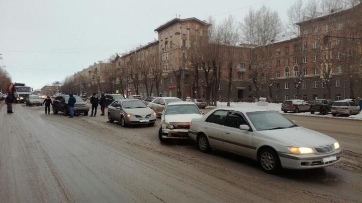 Водитель Toyota устроил массовое ДТП на улице Станиславского и уснул за рулём
