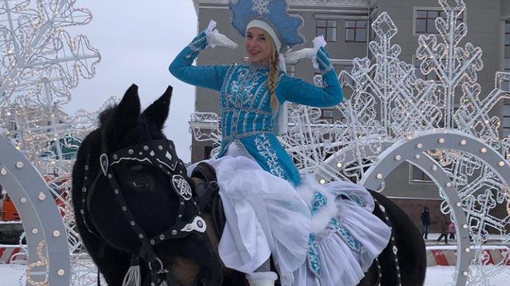 Ульяна Тригубчак возглавила парад снегурочек верхом на коне
