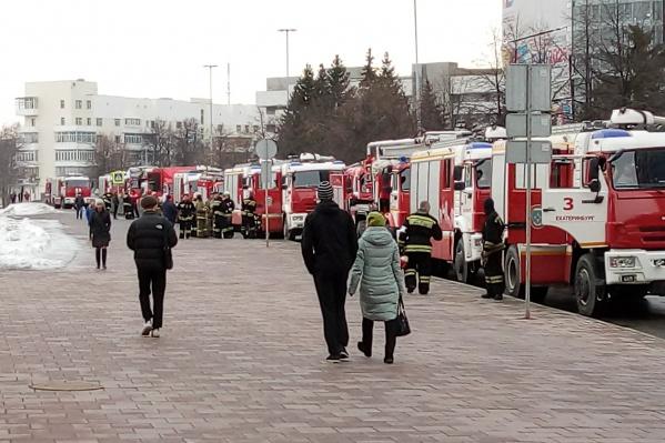 Вся улица Бориса Ельцина заставлена пожарными машинами