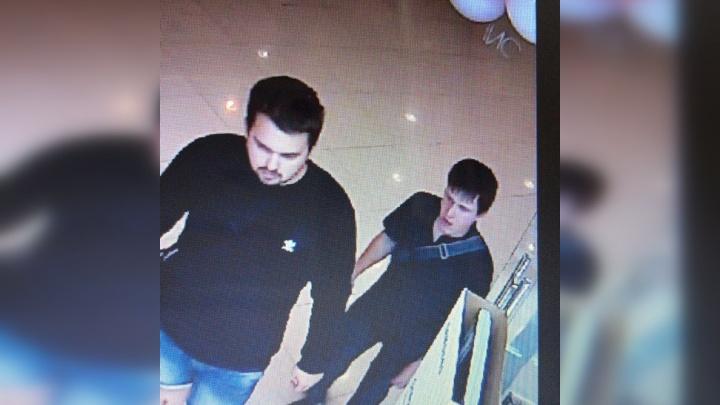 Двое воришек украли дорогую технику из крупного магазина в Ярославле: кадры