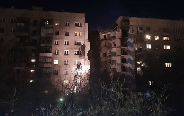В Магнитогорске от взрыва обрушился подъезд жилого дома, пострадали не менее 15 человек
