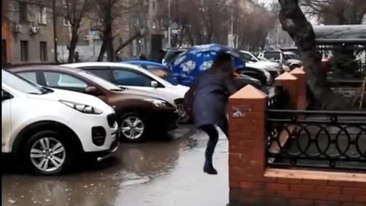 Видео: сибирячке пришлось залезть на забор, чтобы обойти лужу на Советской
