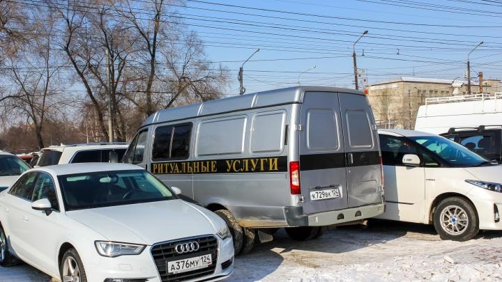 Владельцы павильонов устроили похороны своего бизнеса в Красноярске