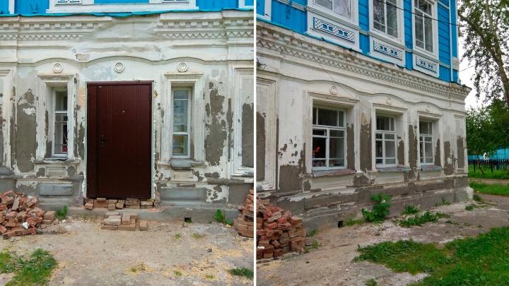 Житель Тары установил железную дверь в памятнике культуры