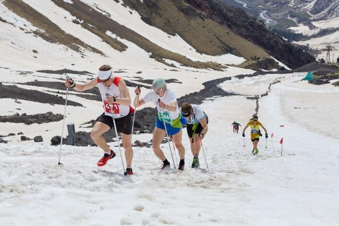 Из-за теплой погоды трасса стала мягкой, спортсмены вязли в снегу