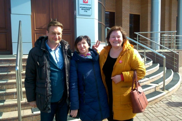Елена Калинина (посередине) после победы в областном суде в деле об антимусорном референдуме