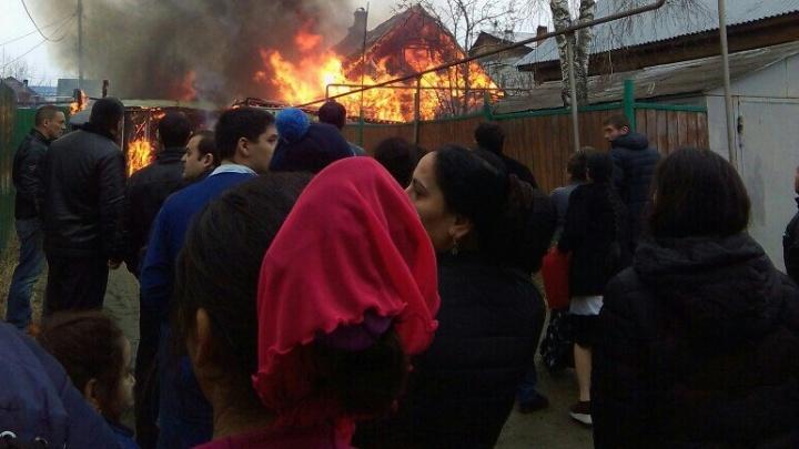 В цыганском поселке в Екатеринбурге выгорел жилой дом