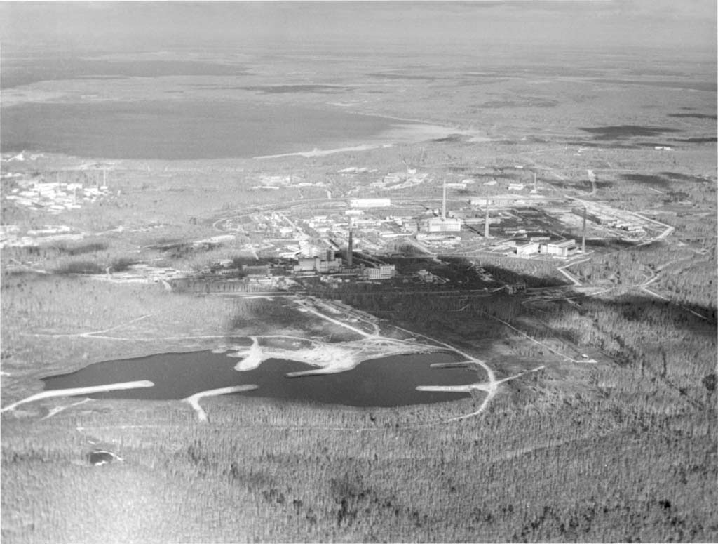 При выборе расположения для будущего комбината учитывали изобилие водоемов в районе Кыштыма. Сегодня ПО «Маяк» является уникальным предприятием по переработке ядерных отходов разных типов
