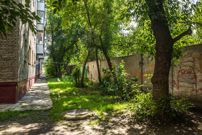 Сегодня жители окрестных домов видят в окна забор, и дорога для них —не худший вариант
