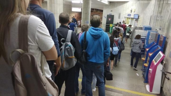 Очередь до дверей: на «Заельцовской» сломались терминалы с жетонами в метро