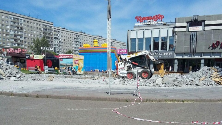 У ТЦ «Красноярье» разобрали фонтан ради устройства парковки