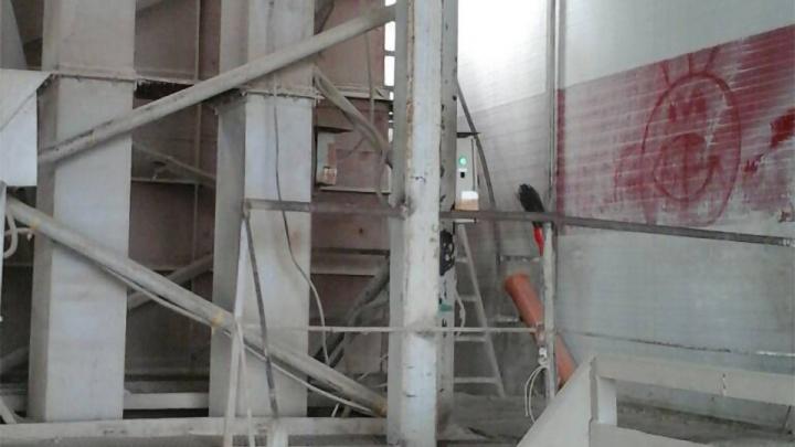 Без шума и пыли: копейские приставы остановили производство комбикормов возле домов