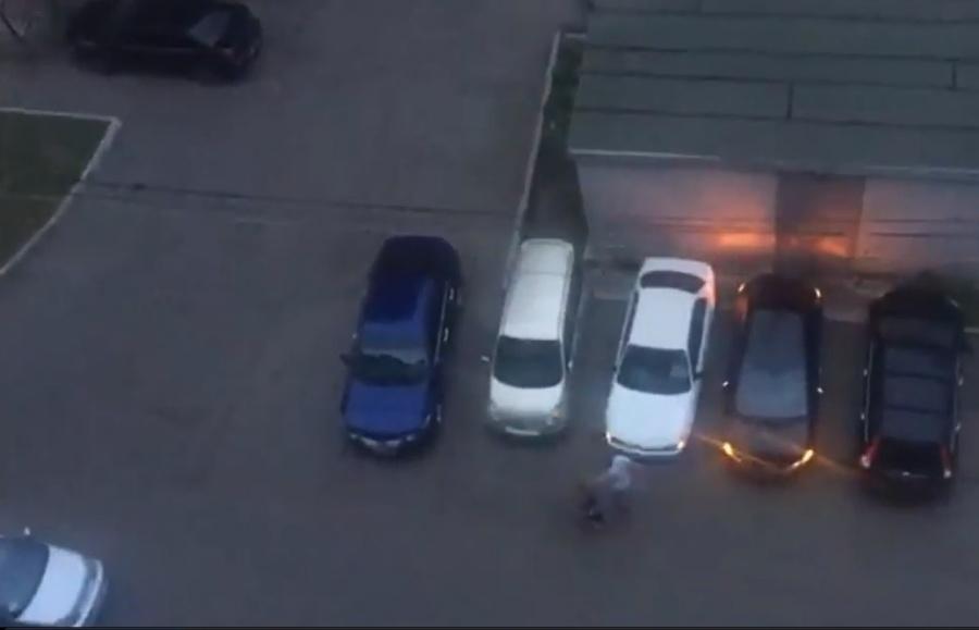 Полуголый мужчина-наркоман громил автомобили вКрасноярске