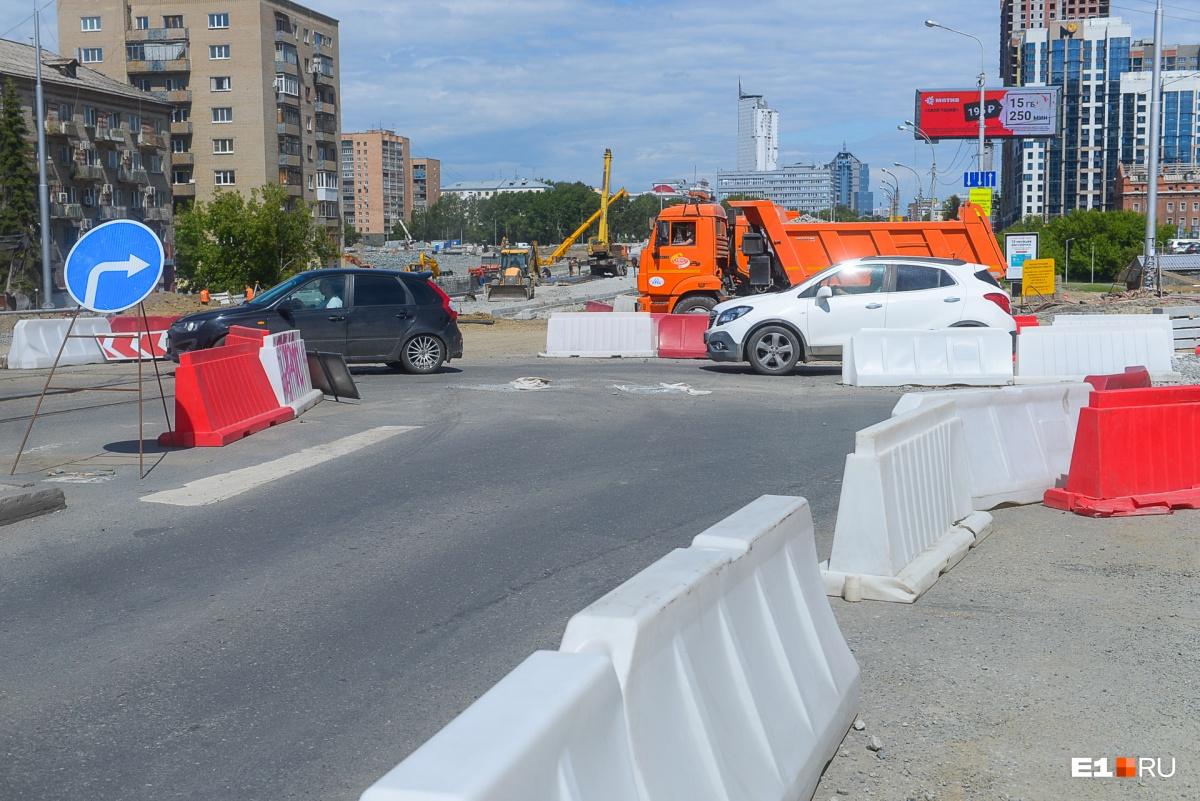 На Макаровском мосту начали прокладывать новые рельсы, по которым в сентябре поедут трамваи