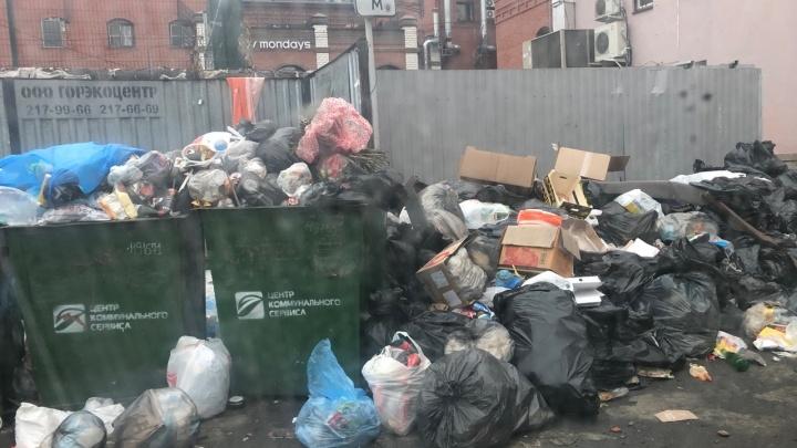 Во дворе на главной пешеходной улице Челябинска устроили свалку. На виновников готовят заявления