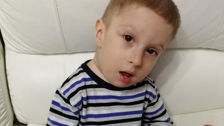 Малыша из Красноярска редкая болезнь превращает в камень. Он такой один на два миллиона