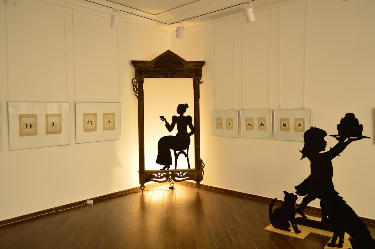 Инсталляции добавляют в экспозицию волшебство теней
