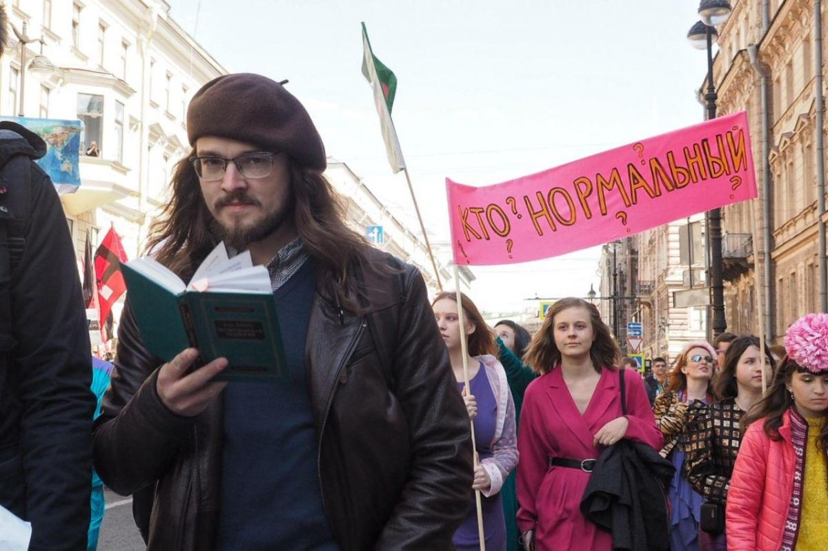 Без пояснений понятно, где сделано это фото: в самом интеллигентном городе страны даже на демонстрацию ходят с книжками