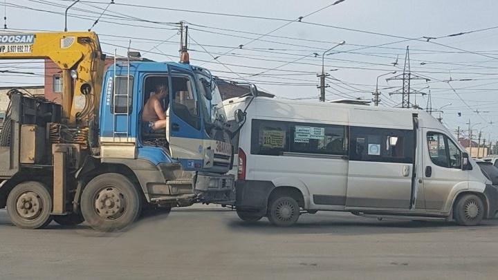 На перекрестке XXII Партсъезда — Заводское шоссе эвакуатор догнал маршрутку № 213
