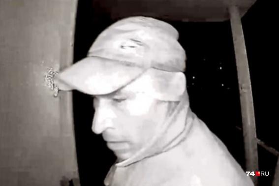 Мужчину, попавшего на запись камеры домофона, разыскивали почти неделю