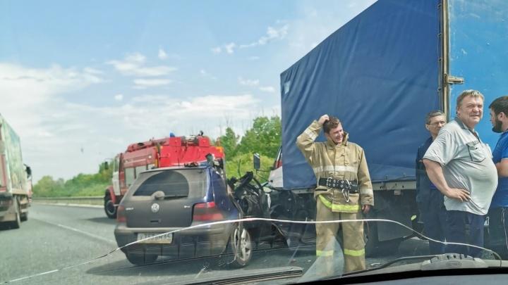Снесло крышу: под Самарой столкнулись иномарка и фургон