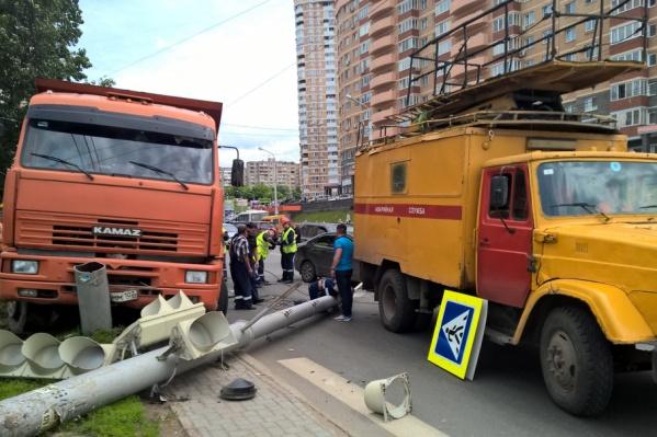 Пытаясь уйти от столкновения, водитель налетел на светофор