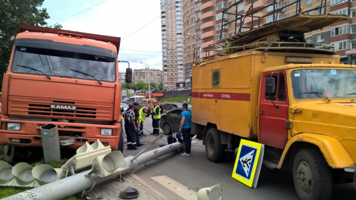 В Уфе водитель КАМАЗа снес светофор и столб