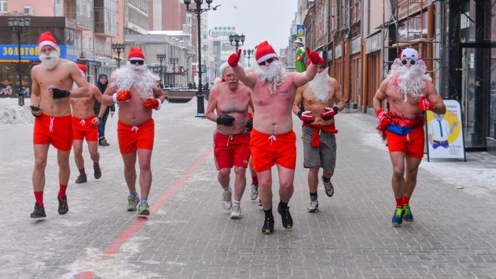 По центру Екатеринбурга пробежали 11 Дедов Морозов с голыми торсами