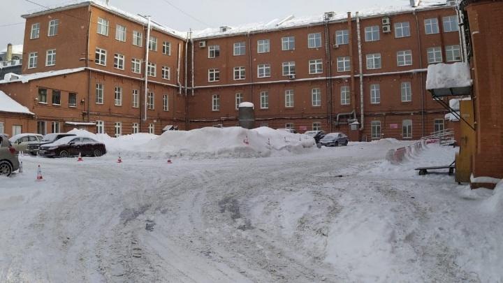 Возле детской больницы на Красном проспекте запретили парковаться рядовым врачам